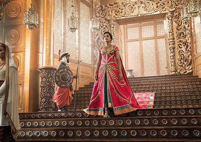 Cuối tuần trước, phim Aladdin phiên bản người đóng (live-action) khởi chiếu toàn cầu. Phim gây bất ngờ vì đẹp và thú vị hơn những định kiến khán giả hướng về nó từ trước. Thay vì nam chính Aladdin, điểm sáng nổi bật của phim thuộc về nữ chính - công chúa Jasmine do Naomi Scott thủ vai.