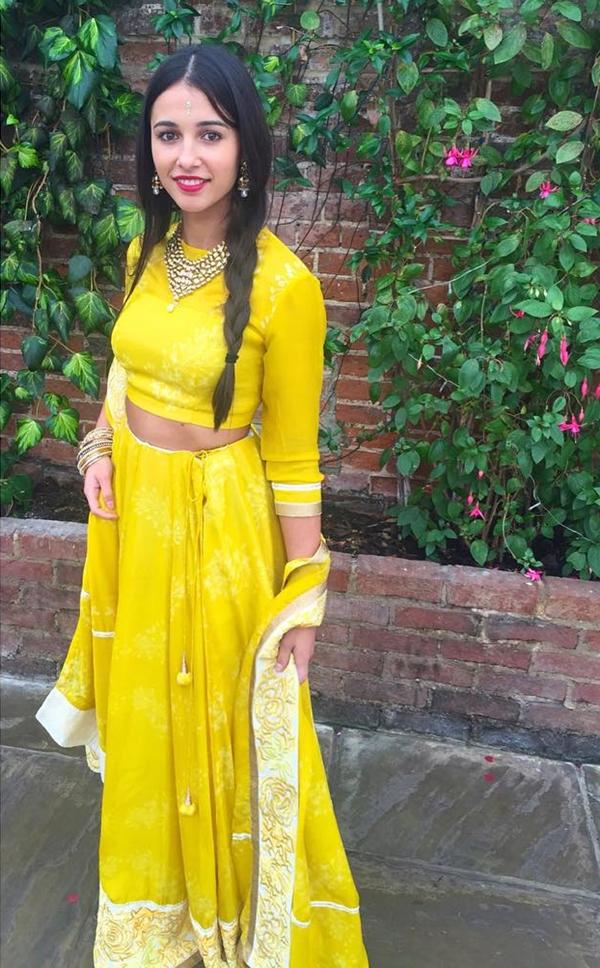 Naomi Scott sinh năm 1993 tại London, có bố là người Anh và mẹ là người Ấn Độ. Nhờ vậy, cô sở hữu vẻ đẹp lai hài hóa giữa Á Đông và Tây Âu. Cô xuất thân là ca sĩ được đào tạo bài bản, từng tham gia nhóm nhạc và phát hành đĩa đơn cá nhân. Trong lĩnh vực diễn xuất, cô là gương mặt còn mới, chủ yếu được biết đến quamột số series của kênh truyền hình Disney.