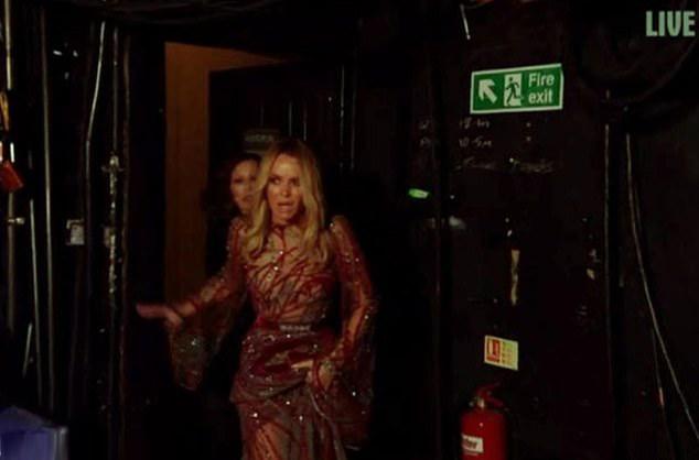 Hình ảnh run rẩy của Amanda khi bước ra sân khấu.