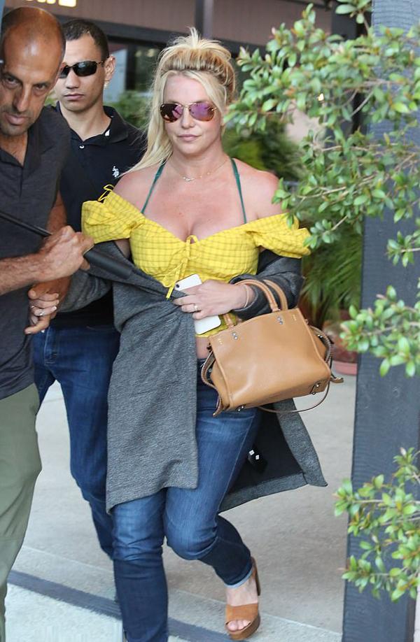 Britney Spears đi ăn trưa một mình tại một nhà hàng Italy. Tuy nhiên, nữ ca sĩ không hề đơn độc vì bên cạnh cô luôn có hai vệ sĩ che trước, chắn sau.