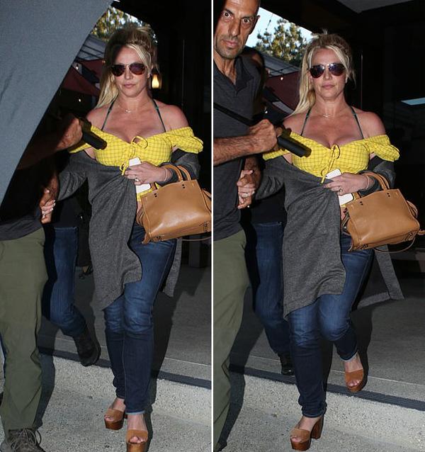 Britney xỏ đôi sandal cao gót nên cô cũng cần vệ sĩ nắm tay dắt đi để tránh vấp chân.