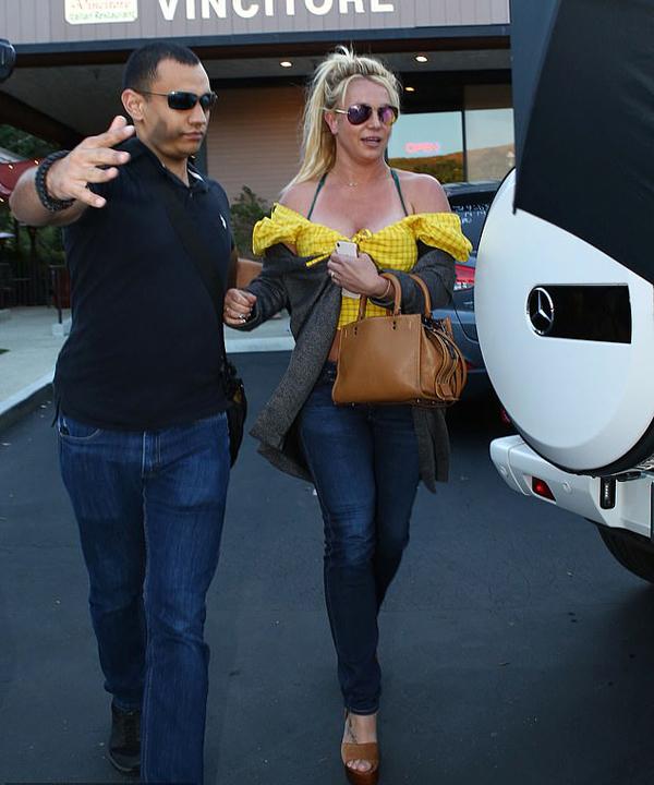 Từ sau khi rời trung tâm điều trị tâm thần vào cuối tháng 4, Britney không bao giờ xuất hiện lẻ loi ngoài phố. Cô thường đi với vệ sĩ hoặc người tình trẻ Sam Asghari để đảm bảo an toàn.