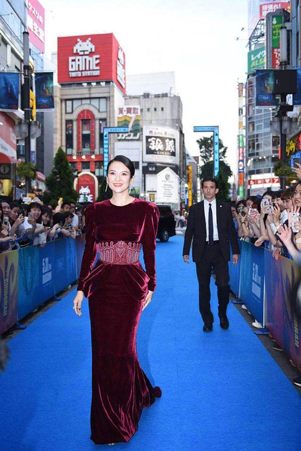 Rời khỏi LHP Cannes, Chương Tử Di vội vã tới Nhật Bản tham dự sự kiện công chiếu phim Chúa tể Godzilla (Godzilla: King of Monsters). Hoa đán Trung Quốc chọn cho mình bộ váy nhung bó màu đỏ giúp cô nổi bật trên thảm xanh ngày 27/5.