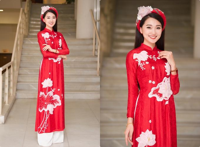 Áo dài đỏ họa tiết sen trắngHọa tiết sen trắng được nhấn nhá có tác dụng che đi vòng eo kém thon gọn, đồng thời khiến cô dâu trở nên thanh mảnh hơn.Tà áo đỏ được diện kết hợp quần trắng và mấn có hoa sen 3D. Trang phục: Ngọc Hân Boutique