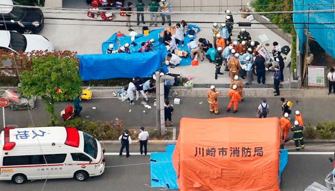 Các nạn nhân được sơ cấp cứu sau khi bị đâm ở trạm xe buýt tại thành phố Kawasaki, Nhật Bản sáng 28/5. Ảnh: Kyodo.