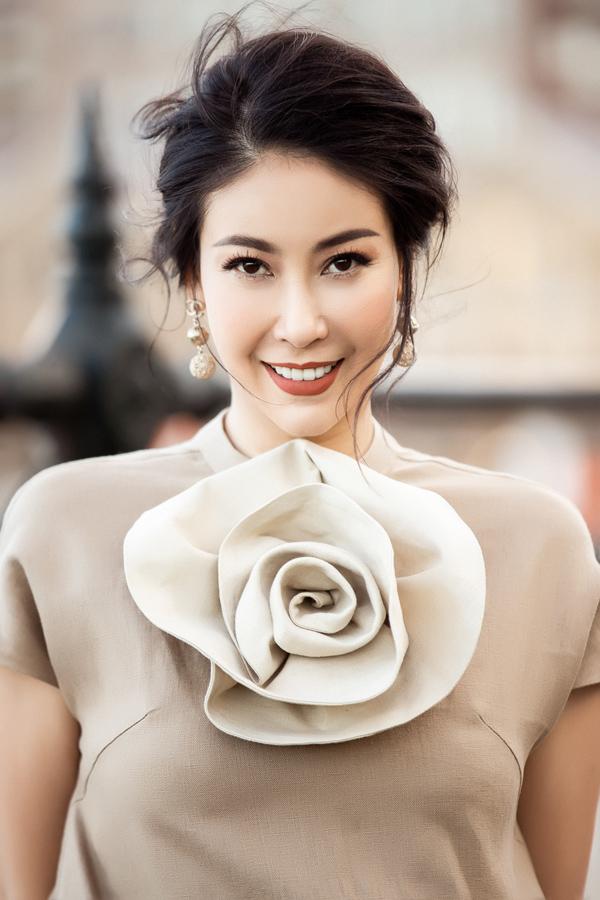 Hà Kiều Anh là một trong những khách hàng đầu tiên chọn mua nhiều trang phục vừa được trình làng. Sau khi bay từ Việt Nam sang Sydney dự show, cô ở lại thành phố lớn nhất Australia vài ngày để thưởng thức cảnh đẹp nơi đây và tranh thủ ghi lại bộ hình street style mới.