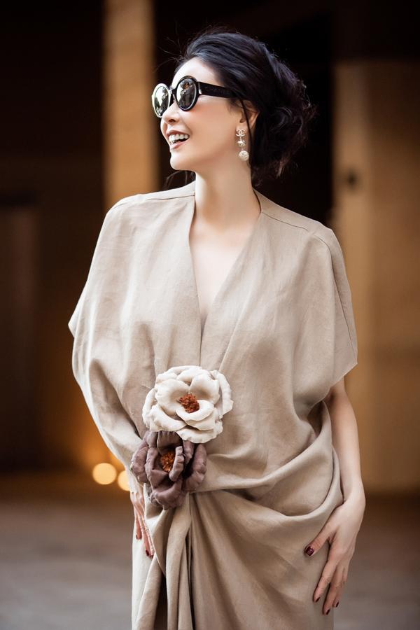 Hoa hậu Việt Nam 1992 kết hợp bộ cánh cùng phụ kiện Chanel, tạo nên hình ảnh sang trọng.