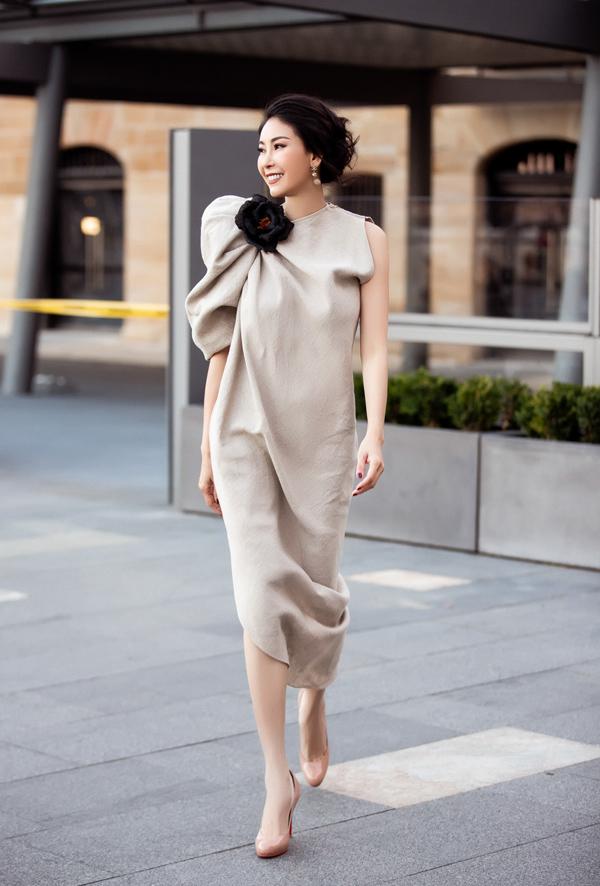 Trang phục có phom bất đối xứng cũng là một dấu ấn trong phong cách thiết kế của Đỗ Mạnh Cường. Với bộ đầm dáng rộng này, anh cách điệu cầu vai, nhấn nhá bông hoa màu đen bản lớn.