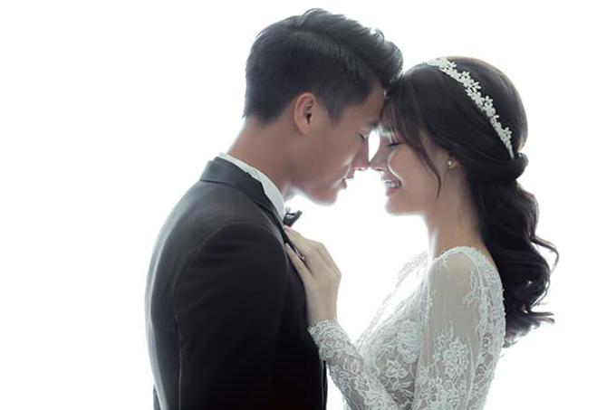 Kỳ Hân đăng lại ảnh cưới để động viên Mạc Hồng Quân. Ảnh: FB.