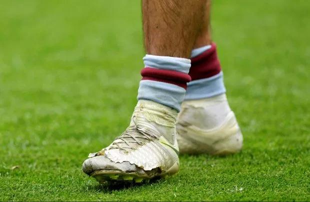 Giày trái của thủ quân Aston Villa rách tả tơi, sắp lòi cả ngón chân