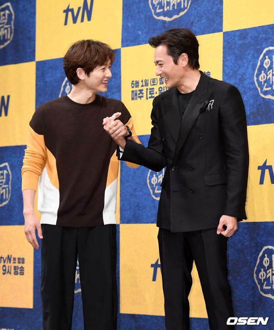 Hai diễn viên nam không ngừng tương tác trong họp báo.