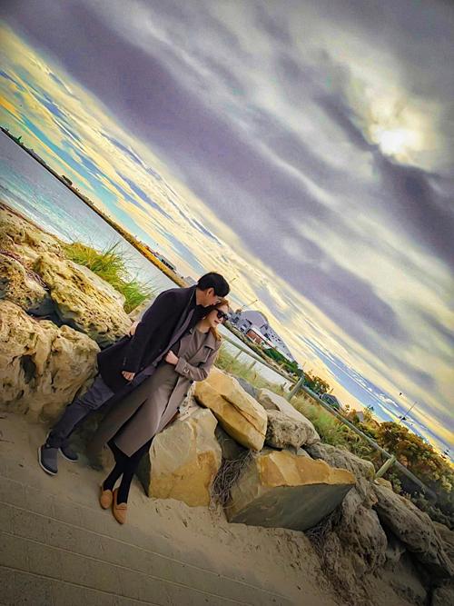 Vợ chồng Lý Hải - Minh Hà tình tứ giữa khung cảnh lãng mạn ở Australia.