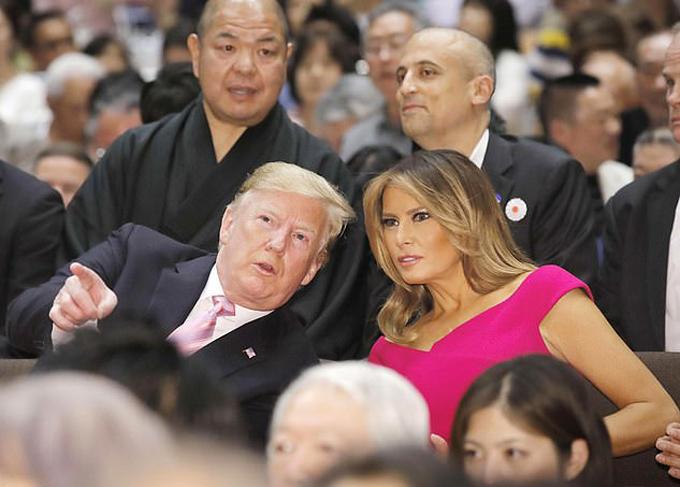 Trước đó, vào chiều 26/5, bà Melania diện váy hồng nổi bật khi cùng ông Trump theo dõi một trận đấu trong giải vô địch đấu sumo mùa hè hàng năm.