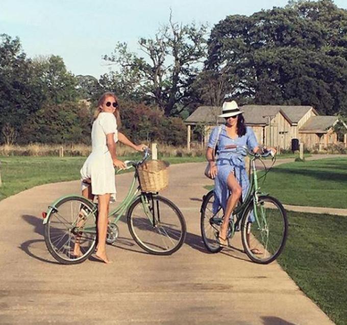 Meghan và Millie đạp xe ở Soho Farmhouse vào tháng 9/2017. Ảnh: Instagram.