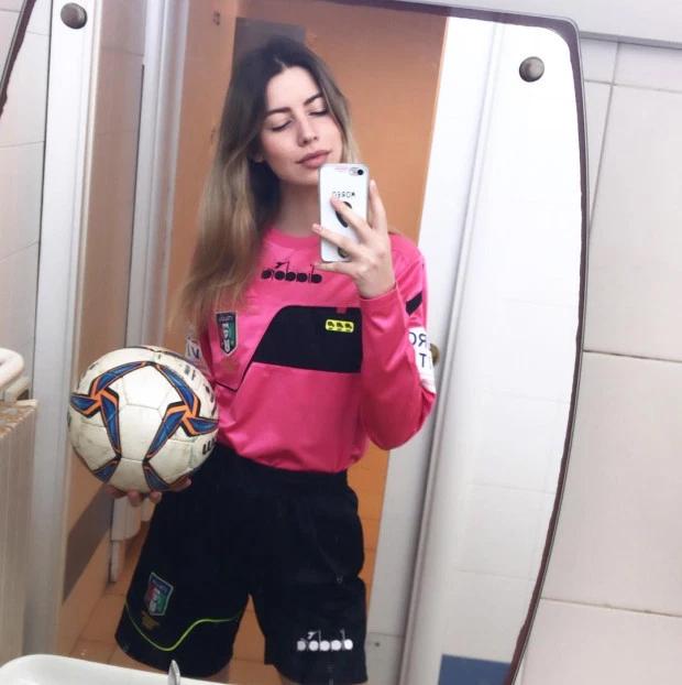 Nữ trọng tài Nicastro bị đám đông lăng mạ suốt trận đấu, mọi chuyện thêm căng thẳng sau khi cô rút thẻ đỏ với cầu thủ 14 tuổi. Ảnh: Instagram.