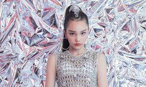 Mẫu nhí lai diện trang phục ánh kim của Hà Nhật Tiến