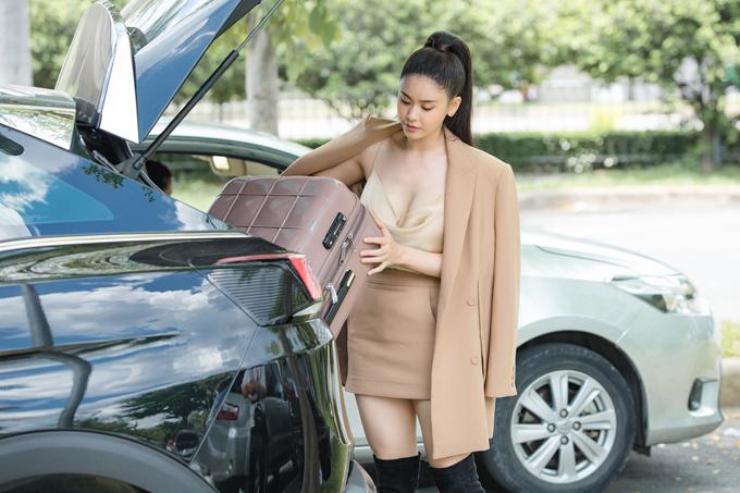 Người đẹp tự khuân vác hành lý vào làm thủ tục.