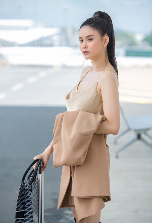 Trương Quỳnh Anh tự tin khoe vẻ tươi trẻ, đầy sức sống ở sân bay.