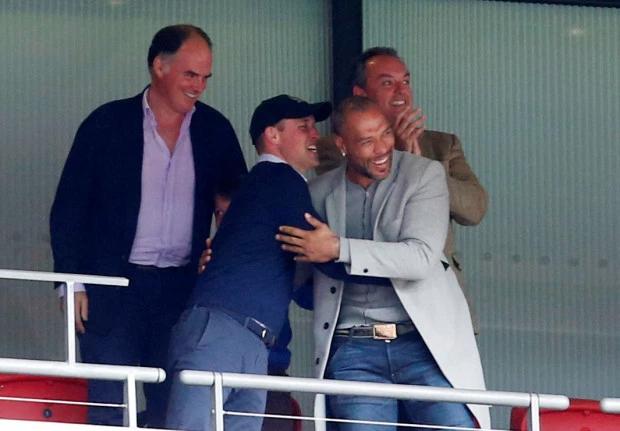 Công tước xứ Cambridge ôm chầm lấy cựu danh thủ John Carew chia vui trên khán đài. Cả hai tươi cười rạng rỡ sau khi trọng tài thổi còi kết thúc trận tranh suất thăng hạng Premier League. John Carew từng có 4 năm chơi bóng cho Aston Villa (từ 2007 đến 2011). Chân sút một thời người Na Uy giải nghệ năm 2012 trong màu áo West Ham.