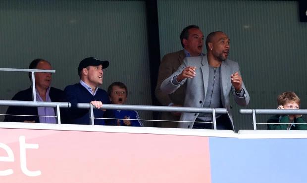 Năm ngoái, cũng trên sân Wembley, Hoàng tử William buồn rầu khi Aston Villa để thua Fulham trong trận play-off. Năm nay, người đứng thứ hai trong danh sách thừa kế ngai vàng được hưởng niềm vui trọn vẹn.