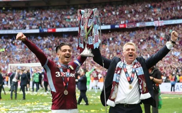 HLV Dean Smith và đội trưởng Jack Grealish vui mừng cùng nâng cao Cup mừng suất lên chơi ở giải đấu cao nhất Anh.