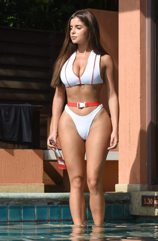 Người đẹp Demi Rose - bản sao của Kylie Jenner - còn cài đai lưng cả khi diện bikini.