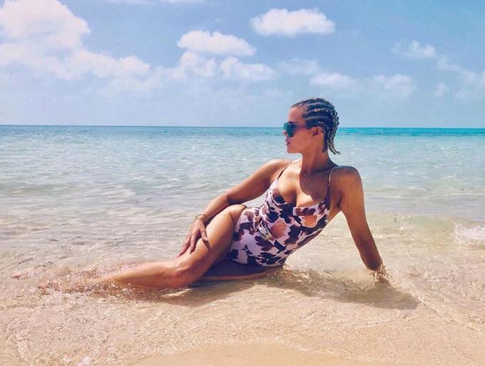 Khloe Kardashian - chị gái cùng mẹ khác cha của Kylie - dường như đã mượn monokini của em gái để khoe dáng ở biển hồi giữa tháng.