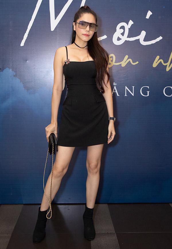 Ca sĩ Kiwi Ngô Mai Trang khoe chân dài, ngực đầy khi diện váy dây ngắn đi sự kiện.