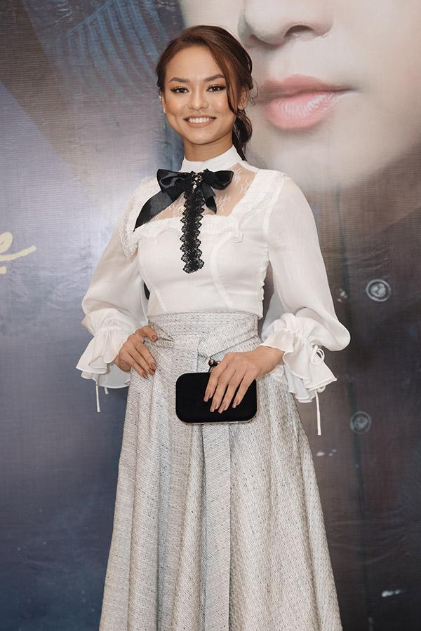 Người mẫu Mai Ngô chọn một thiết kế kín đáo, mang hơi hướng cổ điển.