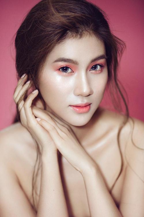 Ở layout trang điểm đầu tiên, makeup Xuân Cảnh chọn tông hồnglàm chủ đạo để tôn nét đẹp tự nhiên, tươi trẻcủa Kim Dung.