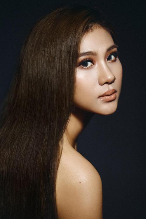 Sự kết hợp của sắc nâu giúp tạo điểm nhấn cho đôi mắt sâu và thu hút ánh nhìn. Kim Dung đeo thêm lens để mắt to tròn, quyến rũ hơn.