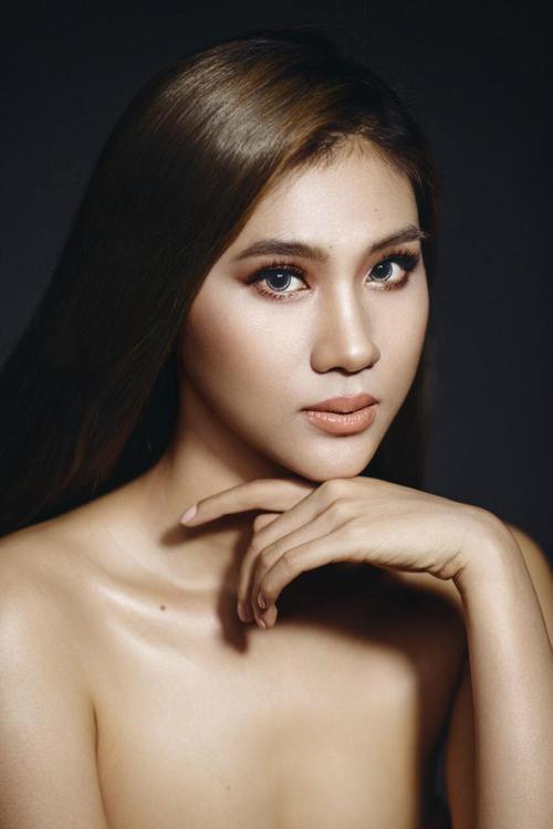 Sau khi hoàn thiện các bước tạo khối, làm nổi sống mũi, đôi môi của Kim Dung được phủ lớp son nâu nude để tạo vẻ ngoài cá tính, gợi cảm.