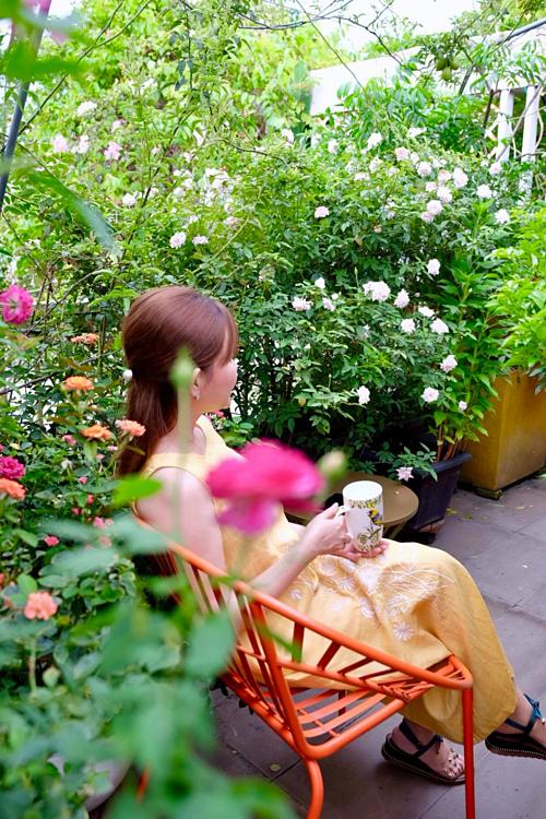 Một ngày mới của chị Thanh Hiền bắt đầu bằng việc mở cửa sổ phòng ngủ, với tay ra hái vài bông hồng bạch Pháp để pha một tách trà thơm ngát cùng mật ong. Rồi chị nhẩn nha đi dạo trong vườn hoa sân thượng hoặc chọn một góc ngồi hít hà mùi hương buổi sớm. Chỉ bấy nhiêu thôi đã giúp người phụ nữ bận rộn nạp đầy năng lượng tích cực, sẵn sàng cho một ngày làm việc hiệu quả.