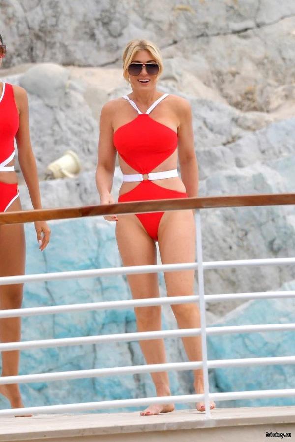 Vòng hai của người mẫu Hofit Golan thêm phần thon gọn nhờ mốt áo tắm thú vị này.