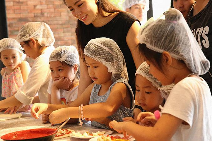 Susuhọc làm bánh pizza cùng các bạntrong ngày sinh nhật.