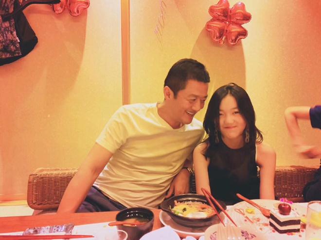 Lý Á Bằng cùng con gái chụp ảnh trong tiệc sinh nhật.