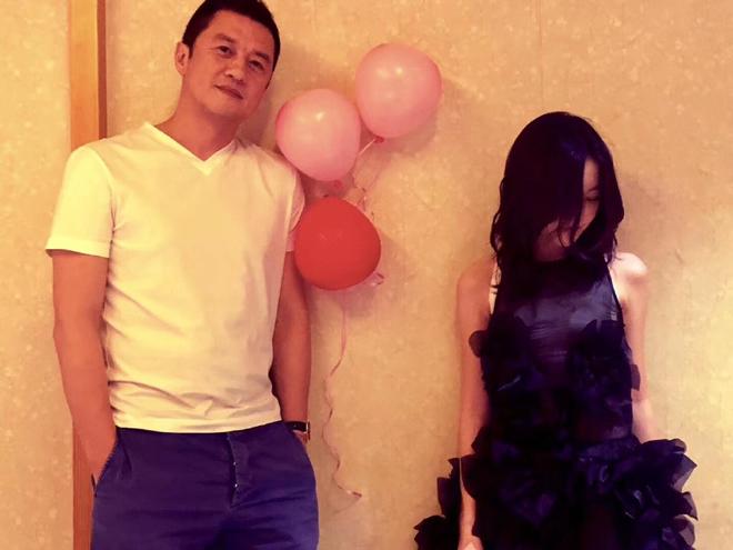 Lý Á Bằng cùng con gái chụp ảnh trong tiệc sinh nhật. Vương Phi vắng bóng trong bữa tiệc mừng tuổi mới của con gái, dù những năm trước, cô ít khi bỏ sự kiện quan trọng này. Lý Á Bằng và Vương Phi chia tay nhau năm 2013, tuy nhiên cả hai từng tuyên bố sẽ luôn ở bên con, cùng nhau chung tay nuôi dưỡng con gái thành người. Tuy nhiên, việc Vương Phi vắng mặt trong bữa tiệc sinh nhật tuổi 13 của Lý Yên khiến cộng đồng mạng bàn tán sôi nổi, có người chỉ trích Vương Phi là người mẹ vô tâm, ích kỷ.