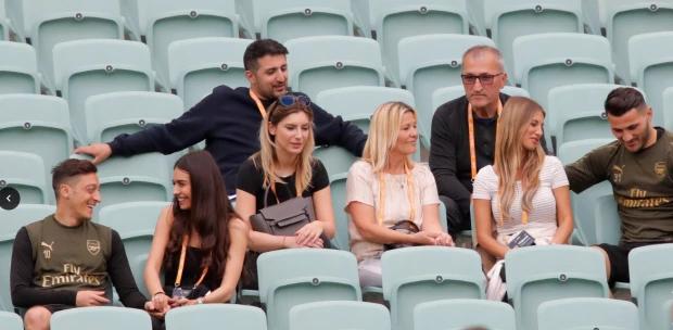 Ozil và các đồng đội thư giãn với nửa kia trước chung kết Europa League. The Sun đưa tin, trong khi CĐV hai đội bóng thành London khổ sở vì giá vé cao cùng hành trình không thuận tiện tới Baku, các nàng WAGs của hai đội du lịch sang chảnh tới xem chung kết.