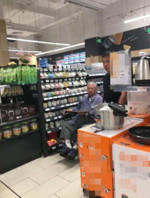 Một blogger đăng tải hình ảnh ngôi sao võ thuật Hong Kong Hồng Kim Bảo xuất hiện tại siêu thị và ây chú ý. Ở tuổi 67, nghệ sĩ nổi tiếng sức khỏe yếu, tóc bạc phơ, vóc dáng sọp đi so với trước. Một trợ lý đi sau đẩy xe lăn cho ông.