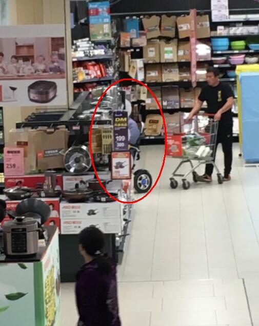 Hồng Kim Bảo già sọm, ngồi xe lăn đi siêu thị - 1