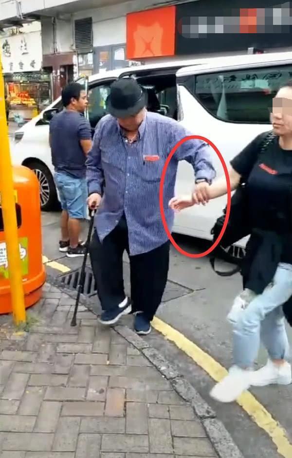 Hồng Kim Bảo trong hình ảnh được chụp hồi đầu năm, khi bước ra khỏi xe, ông lập tức cần người dìu.