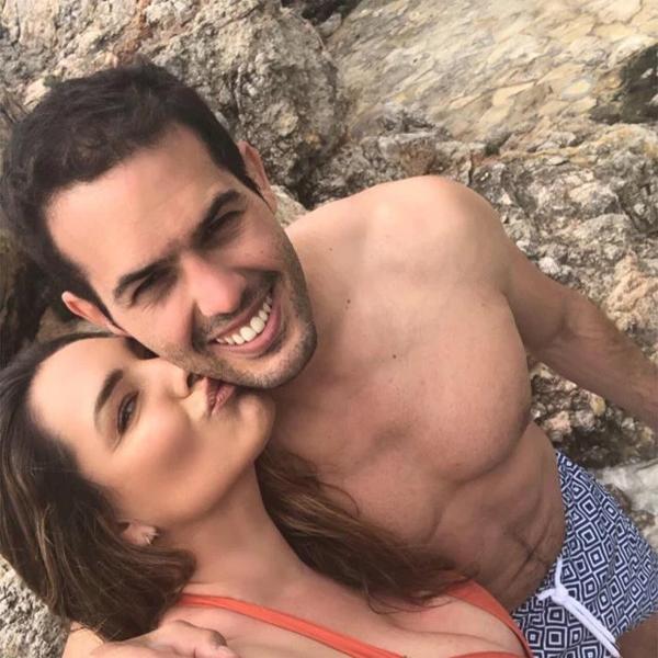 Mỹ nhân 39 tuổi xứ sương mù đã hẹn hò chàng mẫu Pháp kém 5 tuổi hai năm nay. Kelly thích tận hưởng cuộc sống yêu đương ngọt ngào mà chưa vội vã tính đến chuyện kết hôn.