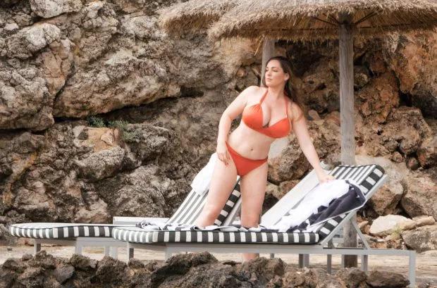 Bộ ngực quá lớn khiến Kelly bị đau lưng, khó thở. Bởi vậy cô quyết tâm thực hiện chế độ ăn kiêng và tập luyện để giảm cân.