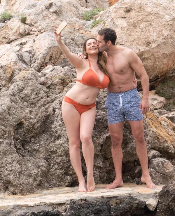 Người mẫu Kelly Brook và chàng người tình Jeremy Parisi selfie trên bãi biển riêng tư ở Mallorca, Tây Ban Nha vào đầu tuần này.