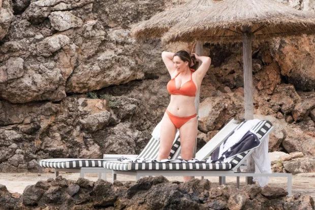 Người đẹp sở hữu vòng một tự nhiên nảy nở và đường cong cơ thể gợi cảm. Cô từng được tạp chí FHM bình chọn là Người phụ nữ sexy nhất thế giới năm 2005.
