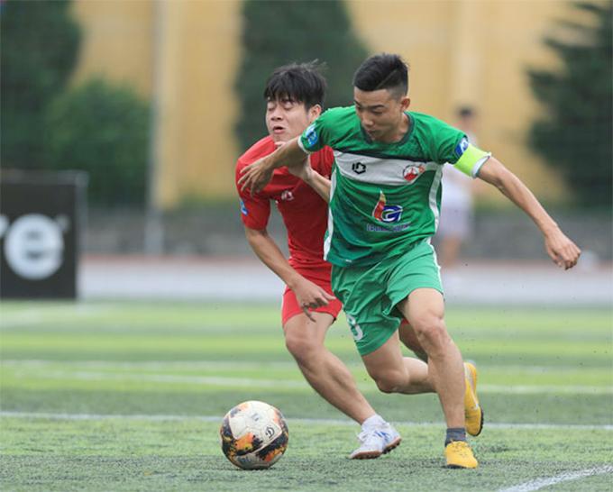 Cầu thủFC Hồng Lĩnh (áo xanh) và FC Coca tranh bóng trong trận đấu ở giải phủi hạng nhì 2019.
