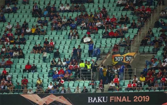 Nguyên nhân chính khiến nhiều CĐV Chelsea và Arsenal không mua vé xem trận đấu là vì khoảng cách từ London tới Baku xa tới gần 5.000km. Phải mất khoảng 53 giờ bay, các fan của The Blues và Pháo thủ mới có thể tớiAzerbaijan để cổ vũ đội nhà. Một lý do nữa khiến các fan xứ sở sương mù không muốn tới xem trực tiếp trận đấu là chi phí ăn ở và đi lại rất đắt đỏ.