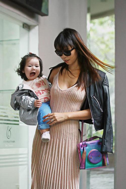 Trên trang cá nhân, siêu mẫu Hà Anh vừa đăng tải loạt ảnh đáng yêu của con gái Myla. Cô trách yêu con: