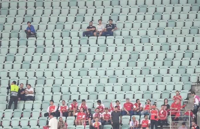 UEFA phải hứng nhiều chỉ trích khi quyết định tổ chức trận đấu ở Baku. Sân Olympic có sức chứa gần 70.000 chỗ ngồi. Chelsea và Arsenal mỗi đội được UEFA phân 6.000 vé. Tuy nhiên, hai đội chỉ bán hết nửa số vé này, số còn lại trả cho UEFA.