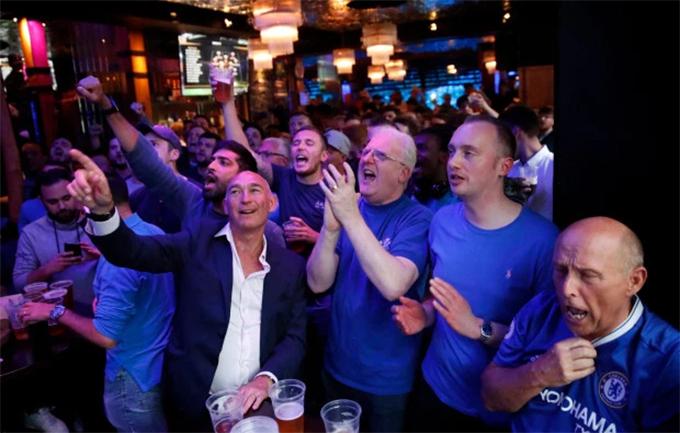 Thay vì tới Baku, phần đông CĐV lựa chọn ở lại London theo dõi trận đấu qua TV ở các quán bar, nhà hàng. Fan Chelsea hò reo khi đội nhà liên tục có những bàn thắng trong hiệp hai.